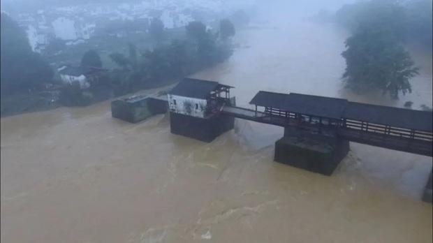 Cảnh tượng gây sốc: Ngôi nhà 3 tầng đổ sụp chỉ sau vài giây trong trận lũ lụt tàn phá nghiêm trọng ở Trung Quốc - Ảnh 3.