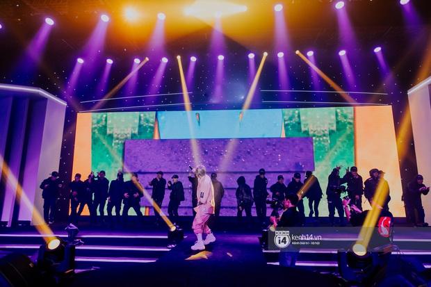 Binz diện outfit màu hồng pastel diễn sân khấu đầu tiên của Bigcityboi, quẩy nhiệt cùng Touliver cùng dàn vũ công hầm hố - Ảnh 6.