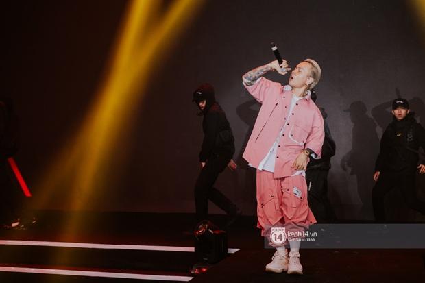 Binz diện outfit màu hồng pastel diễn sân khấu đầu tiên của Bigcityboi, quẩy nhiệt cùng Touliver cùng dàn vũ công hầm hố - Ảnh 8.