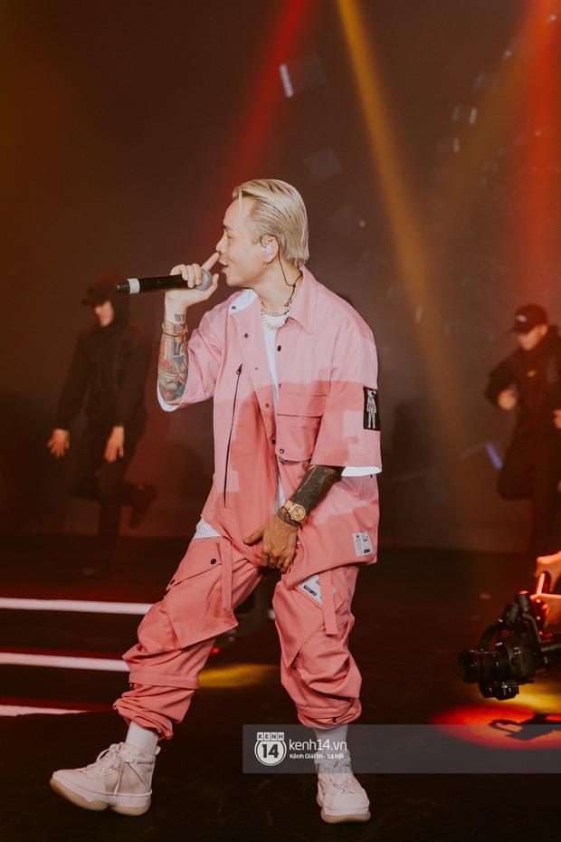 Binz diện outfit màu hồng pastel diễn sân khấu đầu tiên của Bigcityboi, quẩy nhiệt cùng Touliver cùng dàn vũ công hầm hố - Ảnh 9.