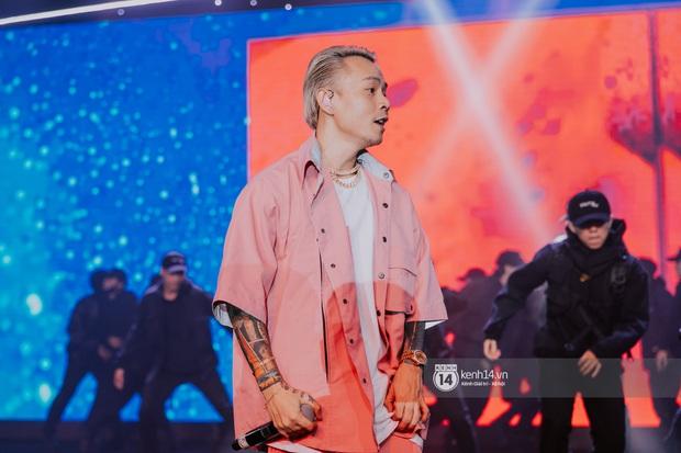 Binz diện outfit màu hồng pastel diễn sân khấu đầu tiên của Bigcityboi, quẩy nhiệt cùng Touliver cùng dàn vũ công hầm hố - Ảnh 10.