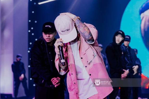 Binz diện outfit màu hồng pastel diễn sân khấu đầu tiên của Bigcityboi, quẩy nhiệt cùng Touliver cùng dàn vũ công hầm hố - Ảnh 12.