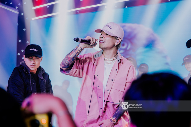 Binz diện outfit màu hồng pastel diễn sân khấu đầu tiên của Bigcityboi, quẩy nhiệt cùng Touliver cùng dàn vũ công hầm hố - Ảnh 13.