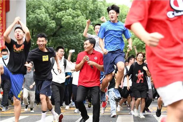 Học sinh Trung Quốc vỡ òa lao ra khỏi cổng trường sau khi hoàn thành môn cuối cùng của kỳ thi đại học khắc nghiệt nhất thế giới - Ảnh 4.