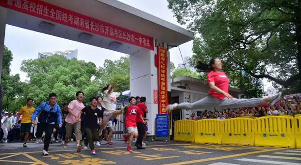 Học sinh Trung Quốc vỡ òa lao ra khỏi cổng trường sau khi hoàn thành môn cuối cùng của kỳ thi đại học khắc nghiệt nhất thế giới - Ảnh 5.