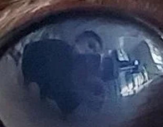 6 lần fan soi được bí mật của BTS qua ảnh phản chiếu: Soi bát inox ra người cởi trần, tủ lạnh tiết lộ danh tính - Ảnh 4.