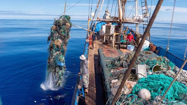 100 tấn rác cùng phát hiện đau lòng trong đợt thu dọn đại dương lớn nhất lịch sử: Con người đã đối xử quá tàn nhẫn với Trái đất rồi - Ảnh 3.