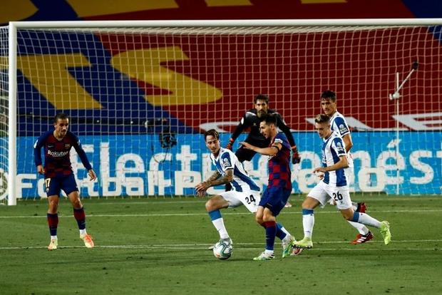 Messi và Barca nhọc nhằn đánh bại kẻ thù không đội trời chung trong trận cầu có số thẻ đỏ nhiều hơn bàn thắng - Ảnh 1.