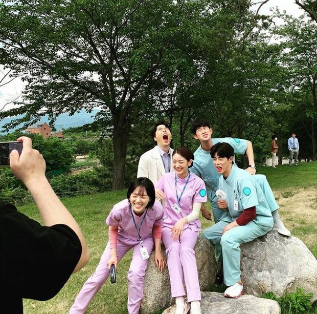 Cười nội thương với yêu râu xanh bản lỗi ở Điên Thì Có Sao và biểu cảm mặn mòi của Kim Soo Hyun giữa dàn điều dưỡng! - Ảnh 12.
