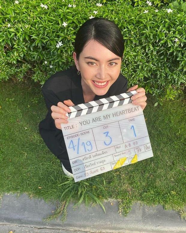 Mùa Hè Của Hồ Ly bản Thái tung loạt ảnh đầu tiên: Dượng Chat siêu bảnh tỏn, nữ chính sang chảnh hơn hẳn bản gốc - Ảnh 3.