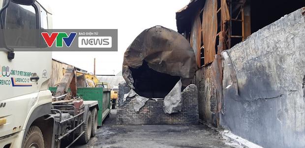 Có dấu hiệu sản xuất trái phép hóa chất tại kho hàng bị cháy ở Long Biên - Ảnh 1.