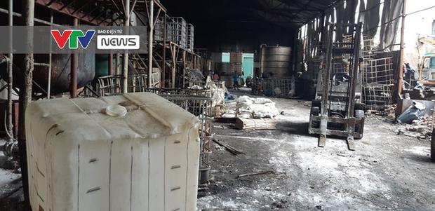 Có dấu hiệu sản xuất trái phép hóa chất tại kho hàng bị cháy ở Long Biên - Ảnh 2.
