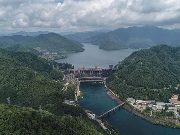 Đập thủy điện Trung Quốc xả lũ: Mặt sông tựa như mặt biển, như cuồng phong gào thét - Ảnh 4.