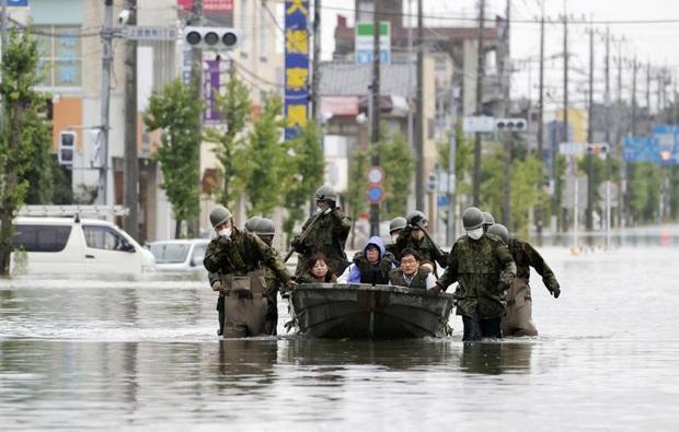 Mưa lũ không dứt, hàng nghìn ngôi nhà ở Nhật Bản chìm trong nước - Ảnh 1.