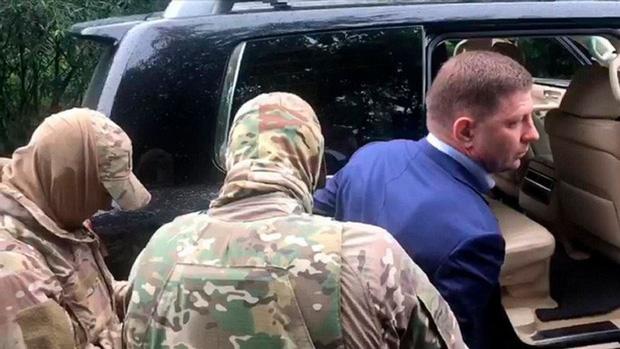 Bị nghi giết hàng loạt doanh nhân, thống đốc Nga bị áp giải về Moscow - Ảnh 1.