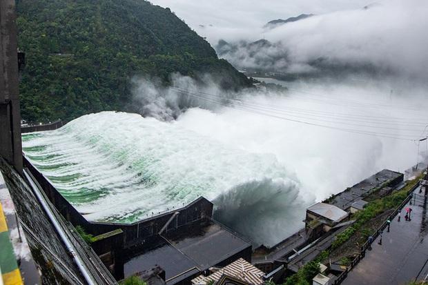 Đập thủy điện Trung Quốc xả lũ: Mặt sông tựa như mặt biển, như cuồng phong gào thét - Ảnh 6.