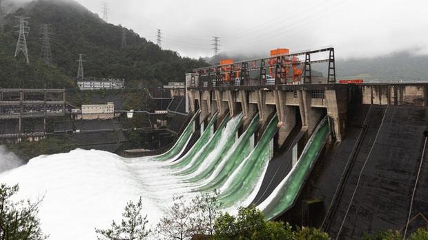 Đập thủy điện Trung Quốc xả lũ: Mặt sông tựa như mặt biển, như cuồng phong gào thét - Ảnh 7.