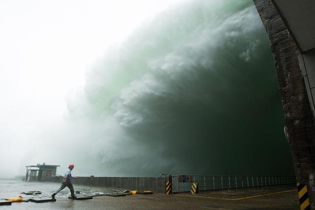 Đập thủy điện Trung Quốc xả lũ: Mặt sông tựa như mặt biển, như cuồng phong gào thét - Ảnh 9.