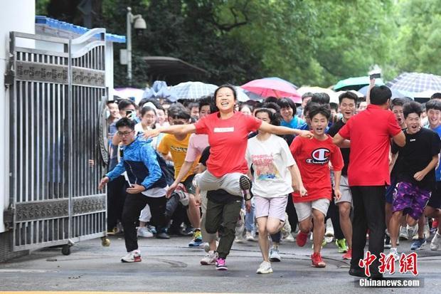 Học sinh Trung Quốc vỡ òa lao ra khỏi cổng trường sau khi hoàn thành môn cuối cùng của kỳ thi đại học khắc nghiệt nhất thế giới - Ảnh 9.
