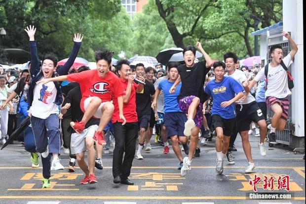 Học sinh Trung Quốc vỡ òa lao ra khỏi cổng trường sau khi hoàn thành môn cuối cùng của kỳ thi đại học khắc nghiệt nhất thế giới - Ảnh 1.
