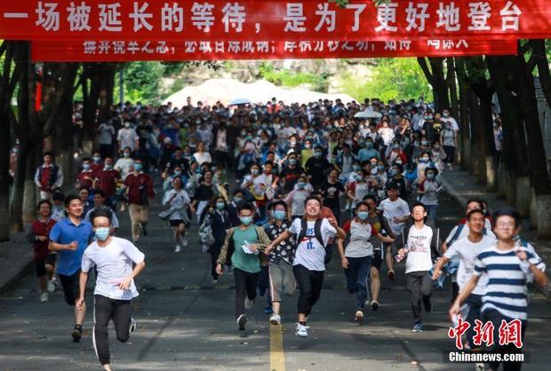 Học sinh Trung Quốc vỡ òa lao ra khỏi cổng trường sau khi hoàn thành môn cuối cùng của kỳ thi đại học khắc nghiệt nhất thế giới - Ảnh 10.