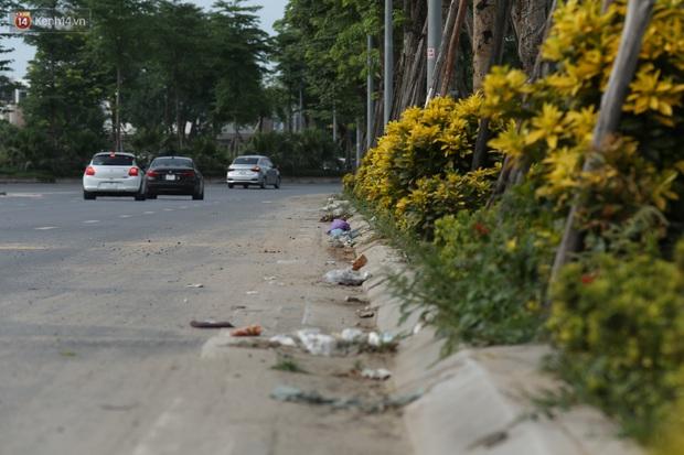Ảnh: Rác thải ngập ngụa, kính vỡ nằm ngổn ngang bẫy người đi đường trên đại lộ gần 1.500 tỷ đồng - Ảnh 4.