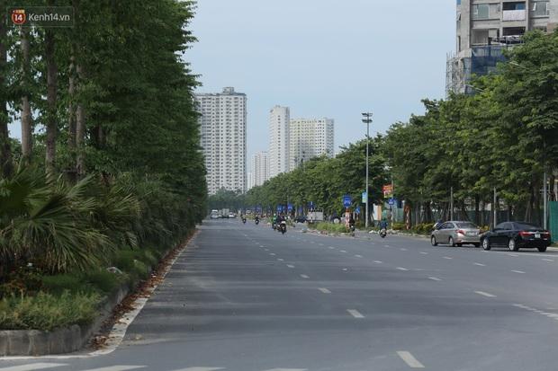 Ảnh: Rác thải ngập ngụa, kính vỡ nằm ngổn ngang bẫy người đi đường trên đại lộ gần 1.500 tỷ đồng - Ảnh 1.