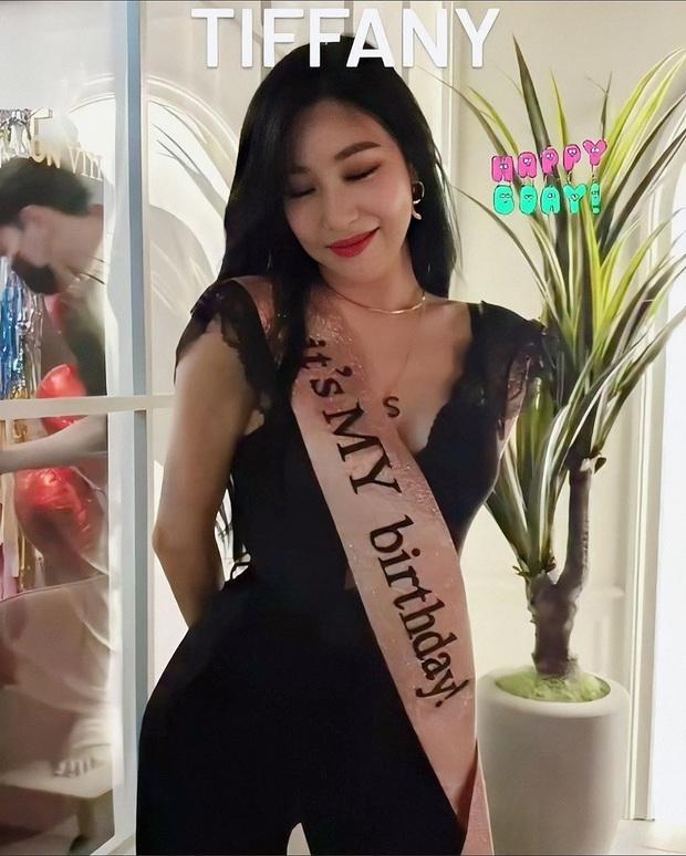 SNSD diện đồ nhóm rộn ràng dự tiệc sinh nhật Tiffany, dân tình phát sốt vì màn khoe vòng 1 cực nóng của Sooyoung - Ảnh 3.