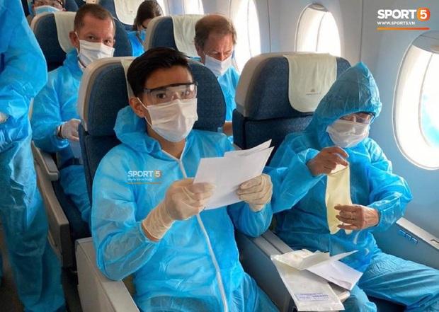 NÓNG: Hình ảnh hiếm hoi Văn Hậu mặc kín trang phục bảo hộ, có mặt trên chuyến bay đặc biệt đưa công dân Việt Nam về nước từ Paris (Pháp) - Ảnh 6.