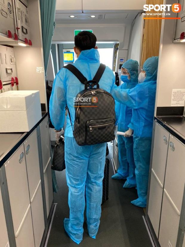 NÓNG: Hình ảnh hiếm hoi Văn Hậu mặc kín trang phục bảo hộ, có mặt trên chuyến bay đặc biệt đưa công dân Việt Nam về nước từ Paris (Pháp) - Ảnh 5.