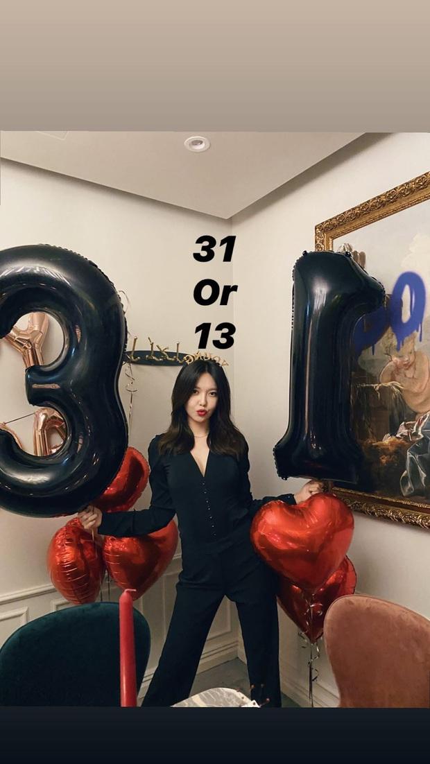SNSD diện đồ nhóm rộn ràng dự tiệc sinh nhật Tiffany, dân tình phát sốt vì màn khoe vòng 1 cực nóng của Sooyoung - Ảnh 4.