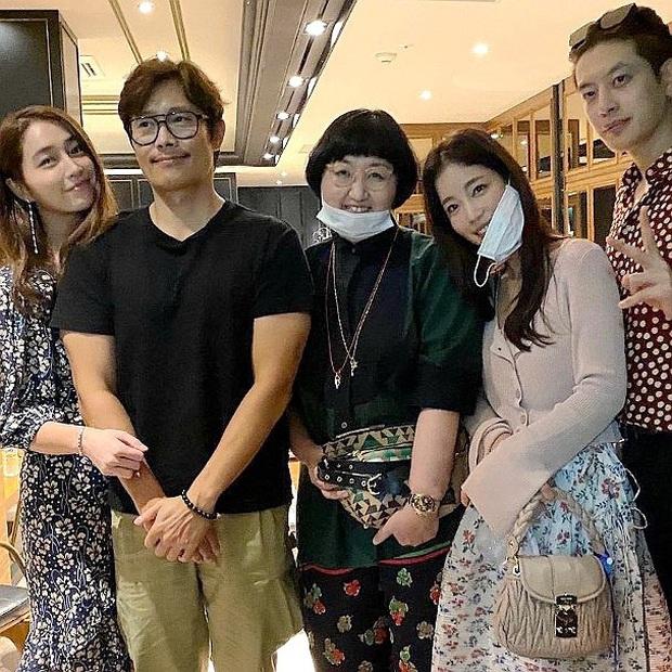 """Mặc tình cũ Song Hye Kyo dính lùm xùm tình cảm, Lee Byung Hun tình tứ nắm tay vợ minh tinh đi dự tiệc """"Train to Busan 2"""" - Ảnh 4."""