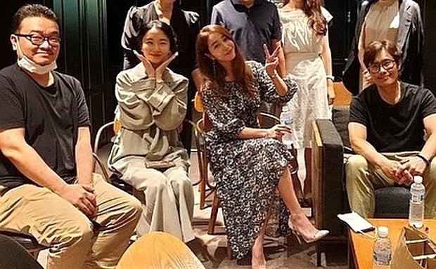 """Mặc tình cũ Song Hye Kyo dính lùm xùm tình cảm, Lee Byung Hun tình tứ nắm tay vợ minh tinh đi dự tiệc """"Train to Busan 2"""" - Ảnh 3."""
