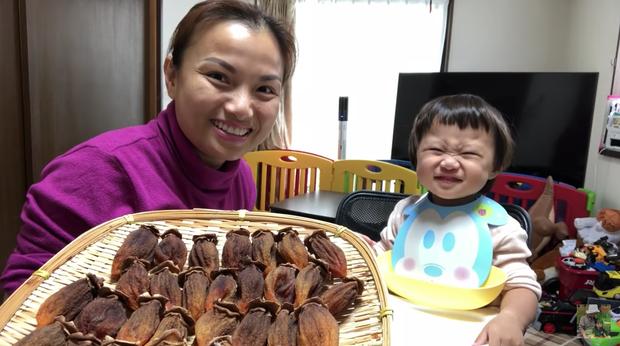 Bé Sa lần đầu tiên thắc mắc Cô chú ở đâu? sau gần 2 năm cùng mẹ Quỳnh Trần chào miệt mài - Ảnh 2.