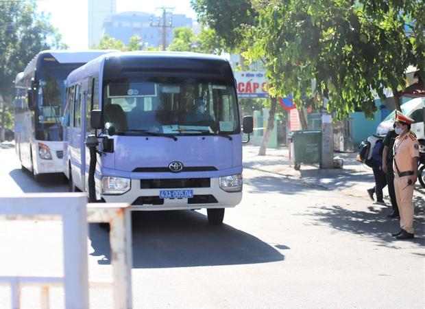 Hơn 300 người nhà cuối cùng được đưa khỏi bệnh viện Đà Nẵng - Ảnh 1.