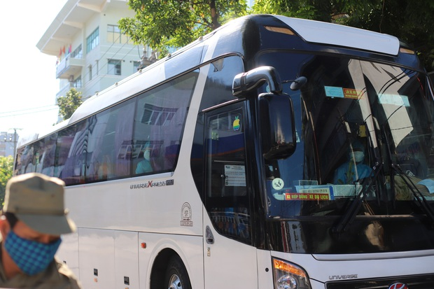 Hơn 300 người nhà cuối cùng được đưa khỏi bệnh viện Đà Nẵng - Ảnh 2.