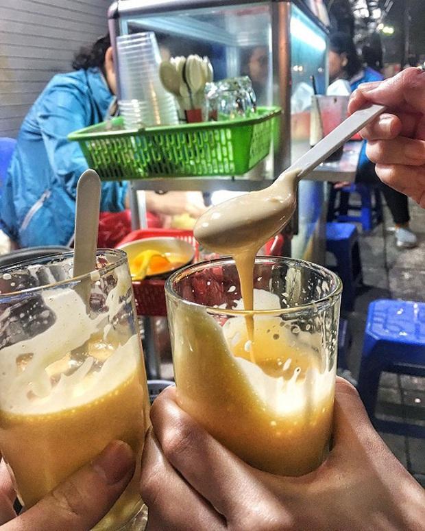 Hàng trứng đánh kem giữa phố cổ Hà Nội hơn 30 năm vẫn vẹn nguyên hương vị, không lúc nào vãn khách - Ảnh 4.