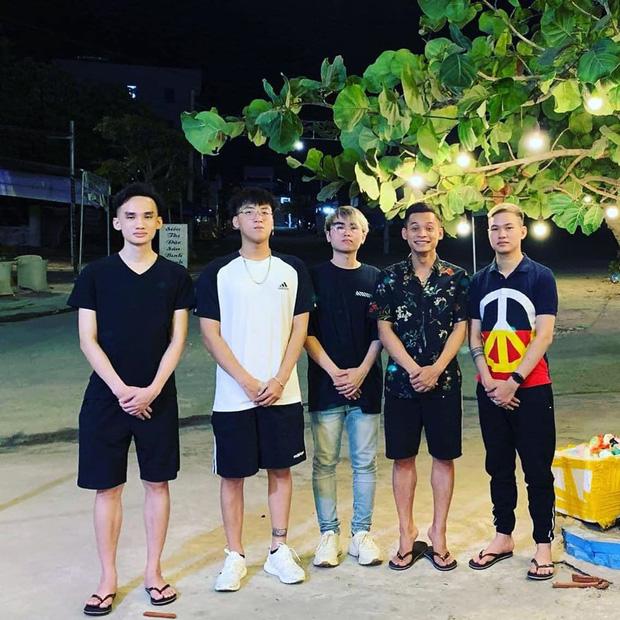 Soi ảnh hội anh em Độ Mixi khi du lịch: Tộc trưởng check-in kiểu Cao Bằng, trai trẻ lại vô cùng chanh sả - Ảnh 4.