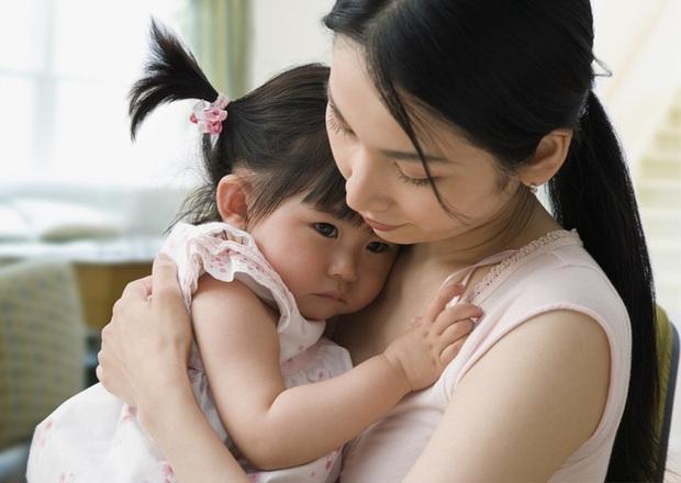 Con gái 3 tuổi có sở thích sờ ngực mẹ khi ngủ bỗng bị chẩn đoán dậy thì sớm, nghe bác sĩ phân tích nguyên nhân thật sự người mẹ vô cùng đau lòng - Ảnh 1.