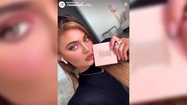 Chị em Kylie-Kendall Jenner sảy chân: Làm liều bán AirPods fake trên Instagram vì ham tiền quảng cáo? - Ảnh 1.