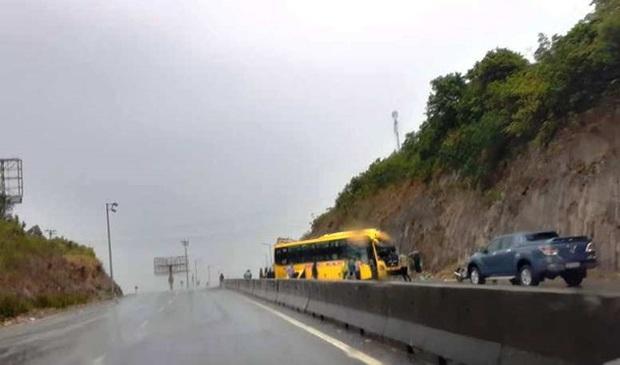 Xe khách chở 15 người tông vào vách núi lúc rạng sáng - Ảnh 1.