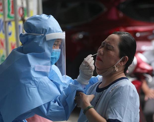 Các chuyên gia làm việc xuyên đêm để xét nghiệm hàng ngàn mẫu bệnh phẩm tại Đà Nẵng - Ảnh 1.