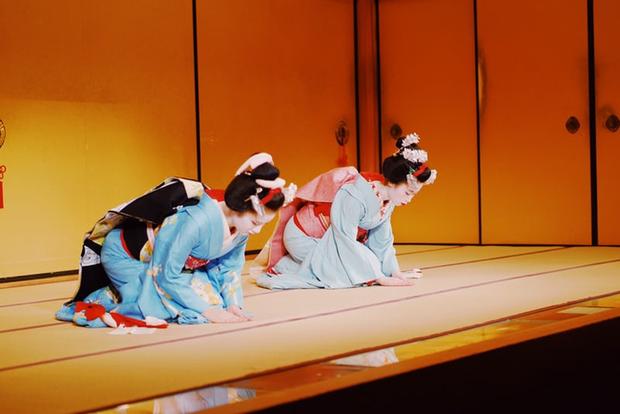 Hội chứng Geisha ở Nhật: Khi phụ nữ trở thành người phục tùng đàn ông, làm hài lòng người đối diện và không có tiếng nói ngoài góc bếp - Ảnh 1.