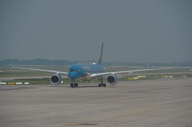 Vietnam Airlines huỷ hàng loạt chuyến bay do ảnh hưởng của bão số 2 - Ảnh 1.