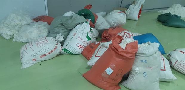 Hàng chục tấn găng tay đã qua sử dụng được tái chế để... bán ra thị trường - Ảnh 2.