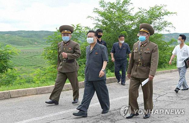 Triều Tiên thắt chặt kiểm soát các lối vào thủ đô ngăn chặn dịch bùng phát - Ảnh 1.