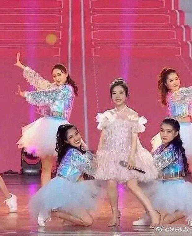Nữ streamer có thu nhập cao nhất Trung Quốc lộ nhan sắc khác lạ, bị nghi là biến chứng do phẫu thuật - Ảnh 3.