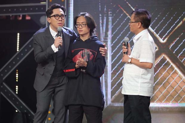 Rap Việt: Trai thành phố lớn Binz bỗng trở nên bé nhỏ khi nghẹn ngào nhắc về người cha quá cố - Ảnh 4.