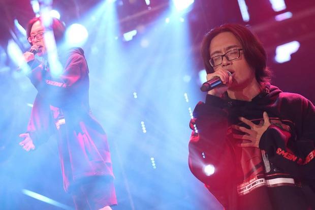 Rap Việt: Trai thành phố lớn Binz bỗng trở nên bé nhỏ khi nghẹn ngào nhắc về người cha quá cố - Ảnh 2.