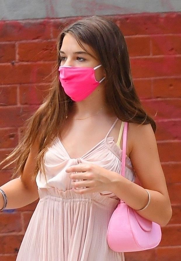 Ái nữ Suri Cruise gây sốt với bộ ảnh lên đồ điệu đà dạo phố: Ngày càng xinh xắn, lớn phổng phao, còn hào phóng đãi bạn - Ảnh 6.